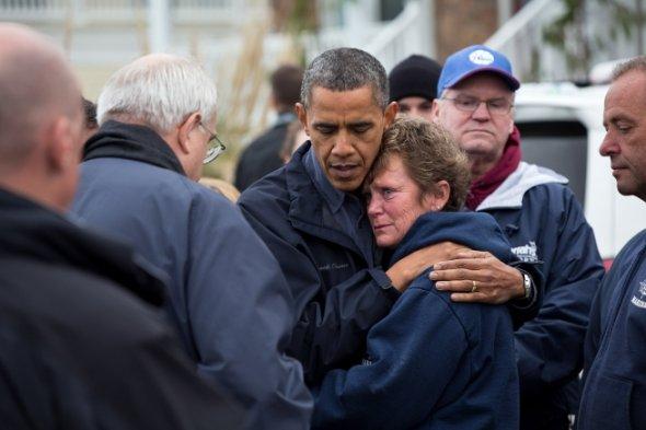 Obama abraza a victima del huracán Sandy