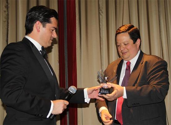 Recibiendo el Victory Award como Consultor Político del Año en New York City.