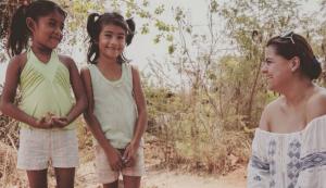 Campaña en Guerrero. Giselle Perezblas haciendo campaña de tierra en compañía de dos niñas guerrenses.